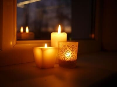 why are candles unsafe for parrots?